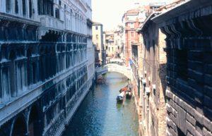 Venezia - Vista dal ponte dei Sospiri
