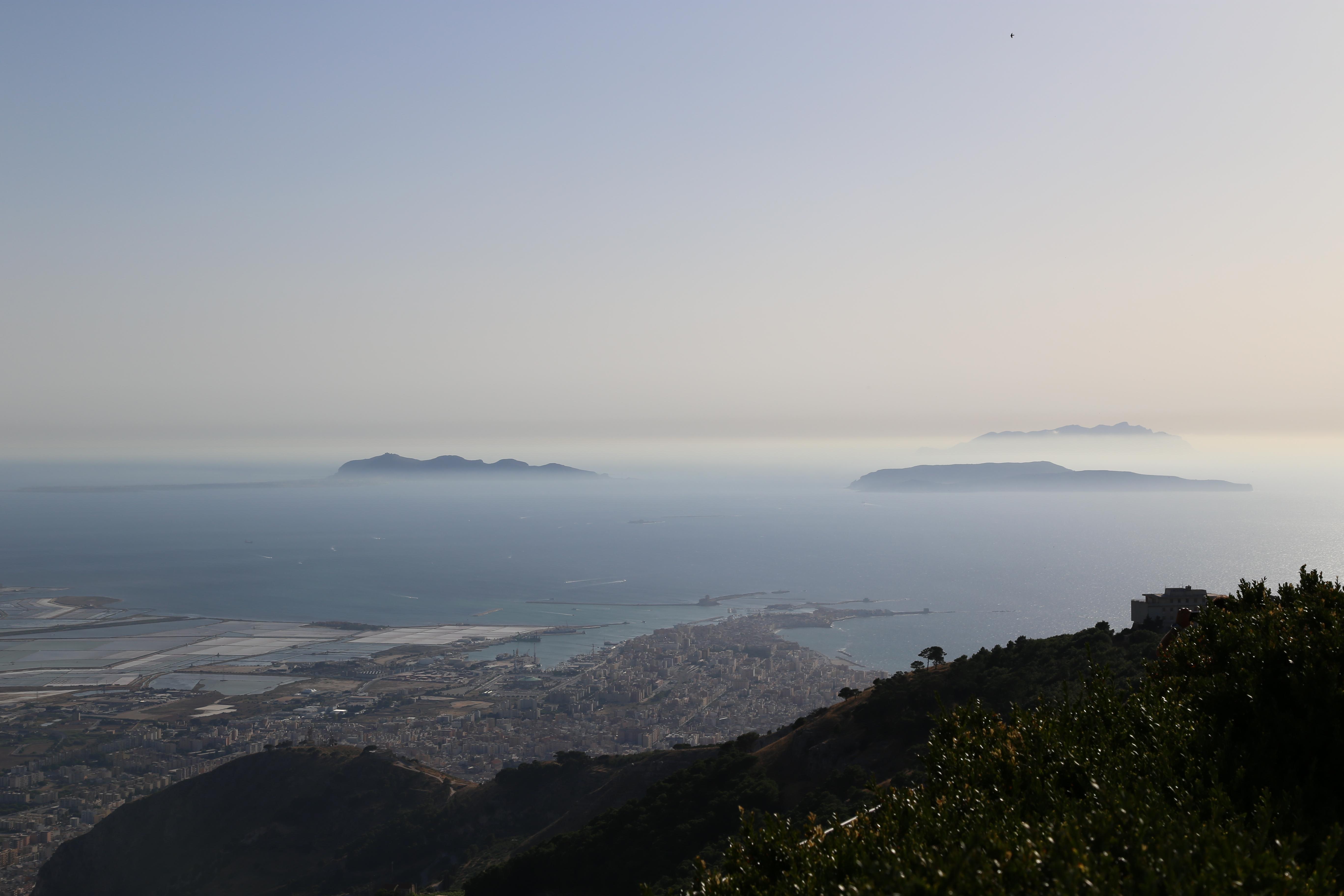 Panorama di Trapani con le Egadi visto da Erice