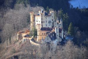 Il castello di Hohenschwangau visto dal castello di Neuschwanstein.