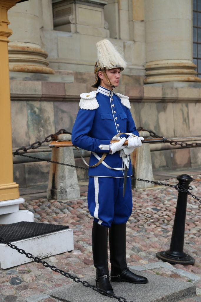 Stoccolma, una guardia del Palazzo Reale.
