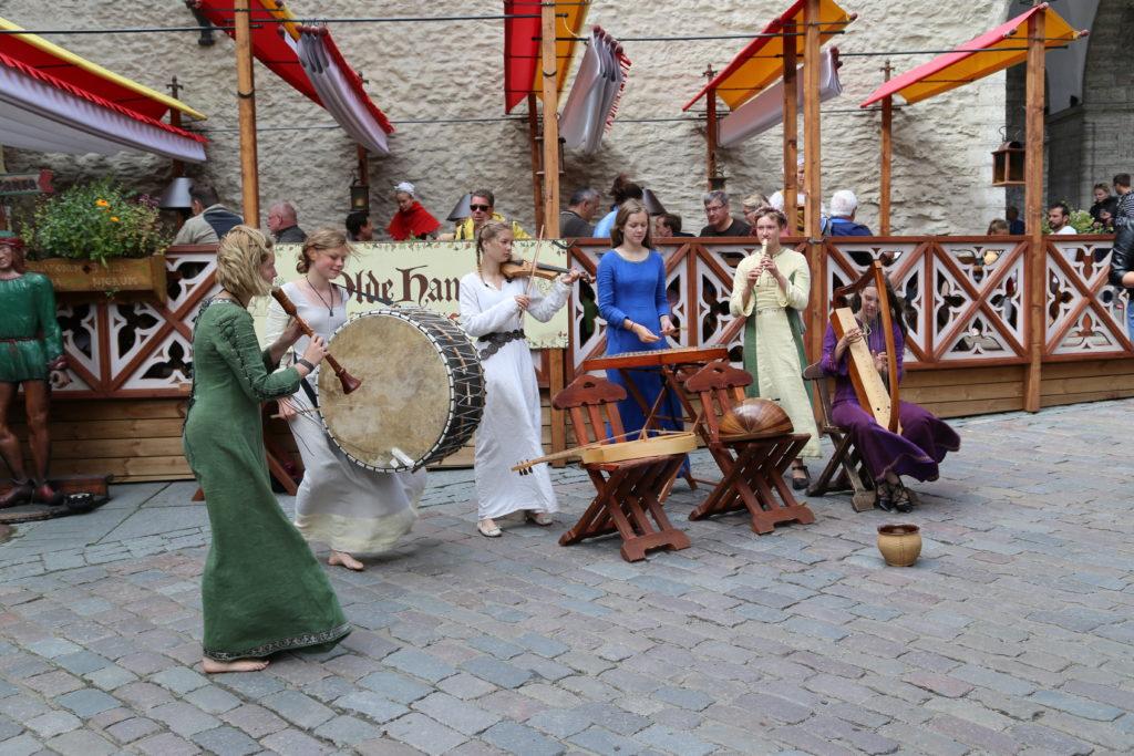 Tallinn, abitanti in costume.