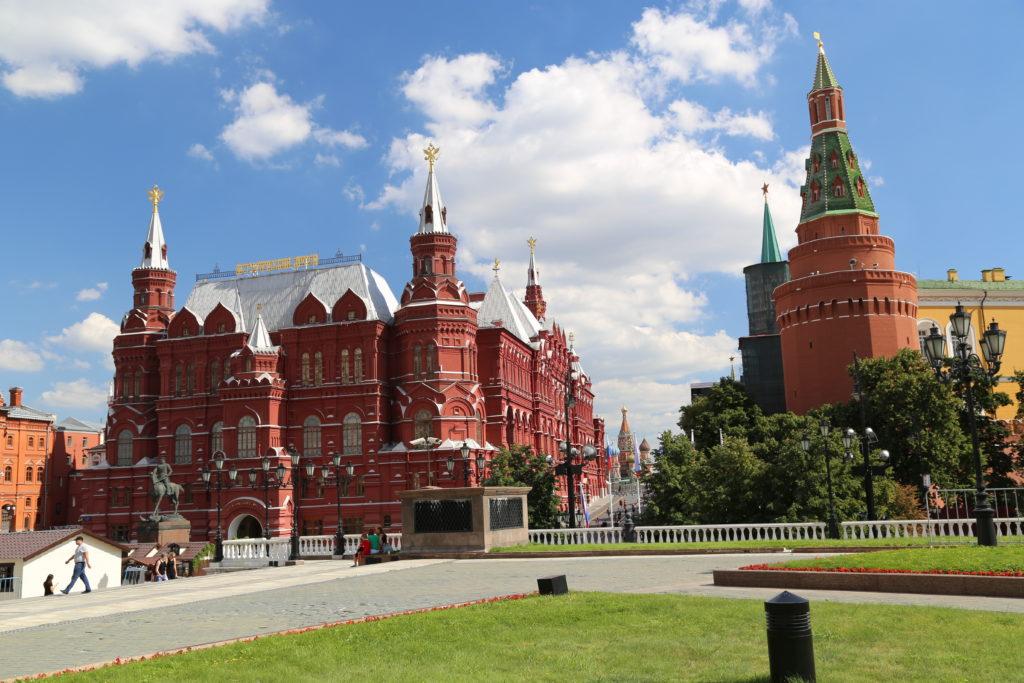 Mosca, ingresso alla Piazza Rossa. A sinistra il museo di stato della storia a destra il Cremlino.
