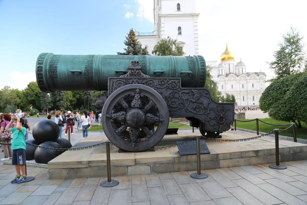 """Mosca, dentro il Cremlino – Della serie """"per fare una grande guerra ci vuole un grande cannone"""""""