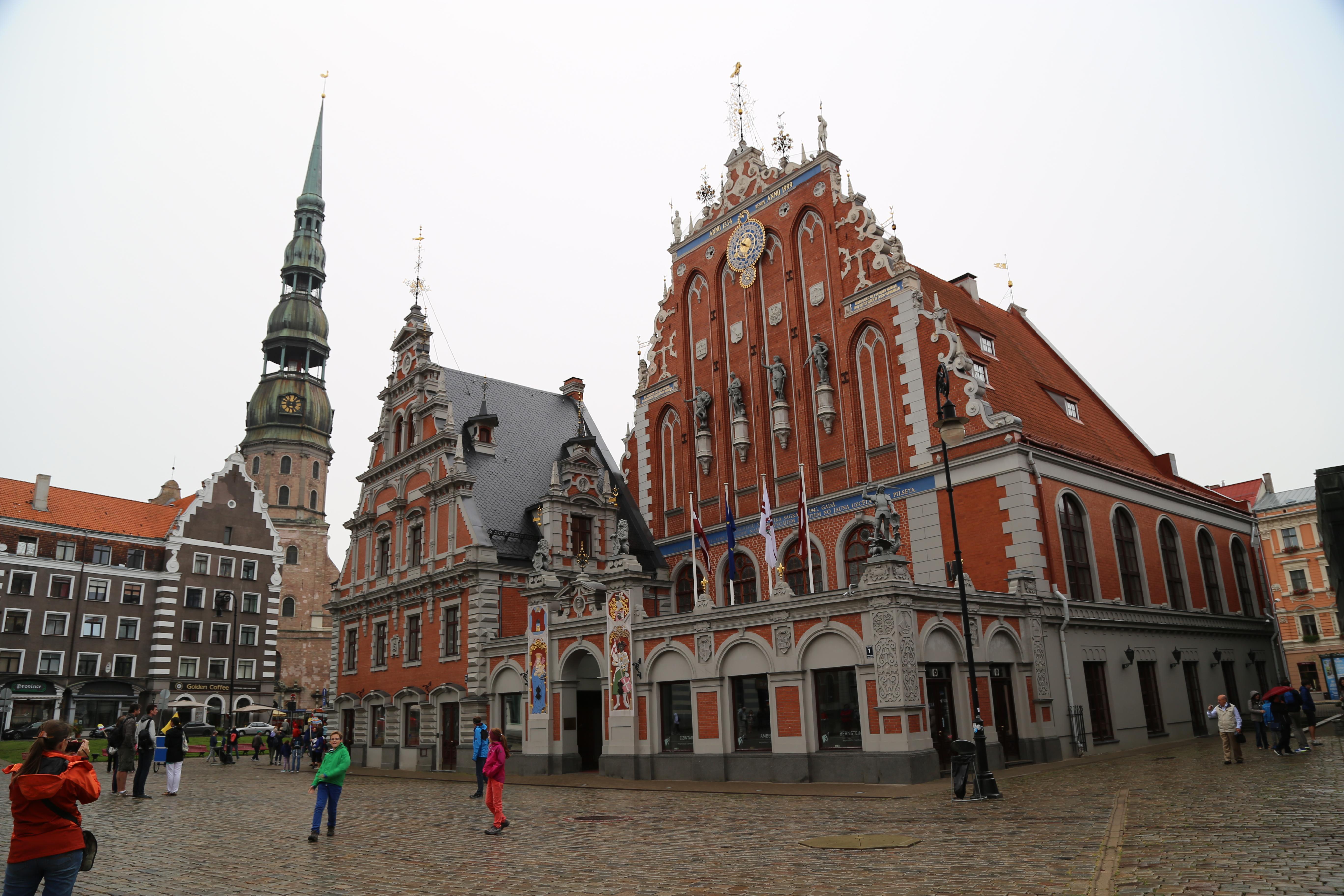 Riga, Piazza del Municipio con la casa delle teste nere
