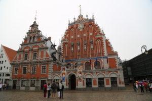 Riga, Piazza del Municipio con la casa delle teste nere.