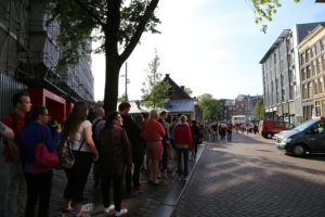 La fila per visitare la casa di Anne Frank.
