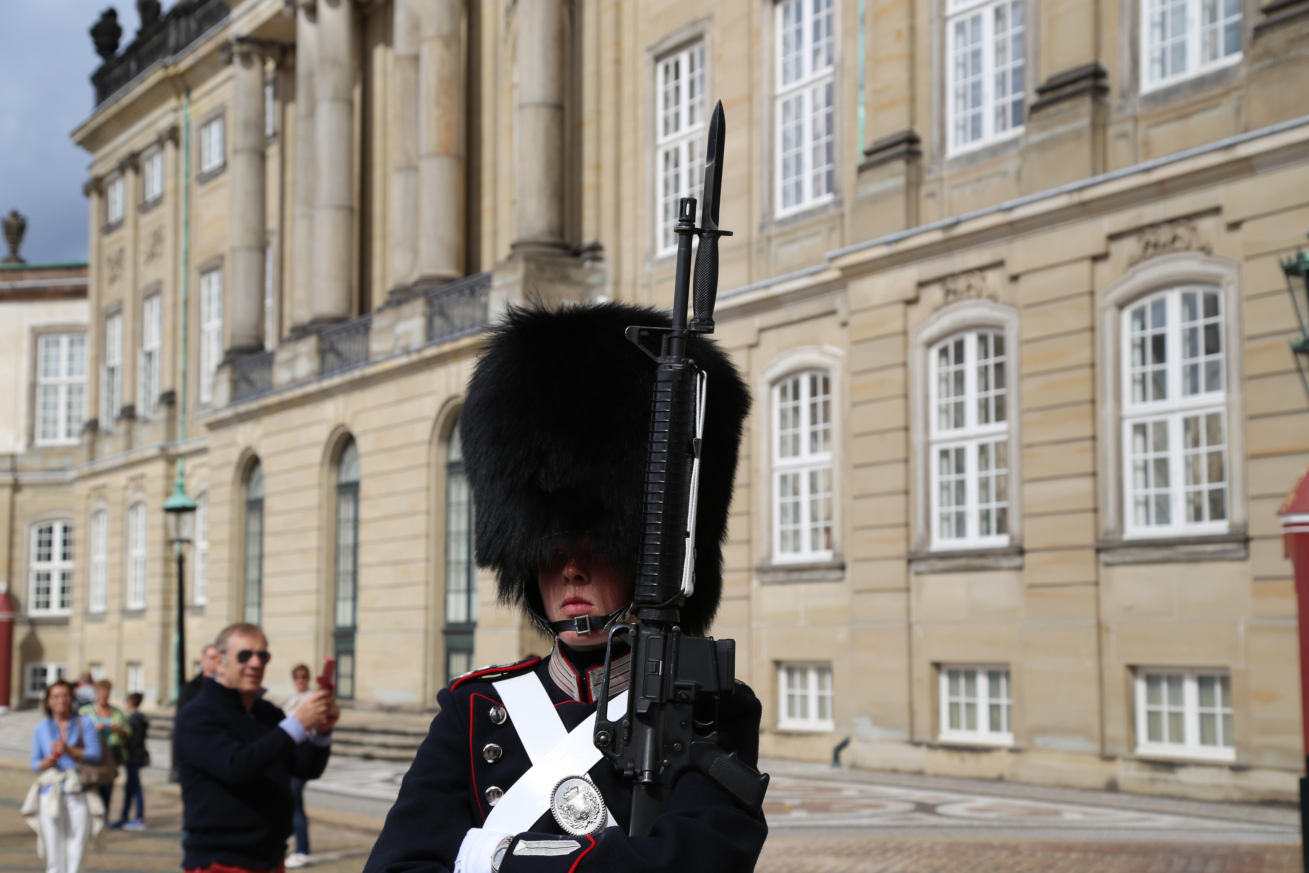 Copenhagen (Danimarca) – Soldato con tipico cappello in pelliccia d'orso, a guardia del castello reale