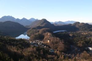 Il castello di Hohenschwangau tra due laghetti di cui uno ghiacciato.