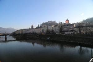Il centro storico e la fortezza di Hohensalzburg viste dal fiume Salzach.