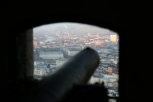 Dalla fortezza i vecchi cannoni punati sulla città