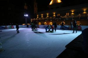 Una pista di pattinaggio all'aperto.