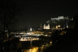 Vista notturna della fortezza.
