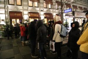 La fila alla pasticceria dell'hotel Sacher per l'acquisto della torta