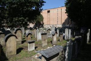Il cimitero ebraico della vecchia Sinagoga.