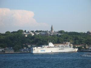 Istanbul, il palazzo Topkapi visto dal Bosforo.