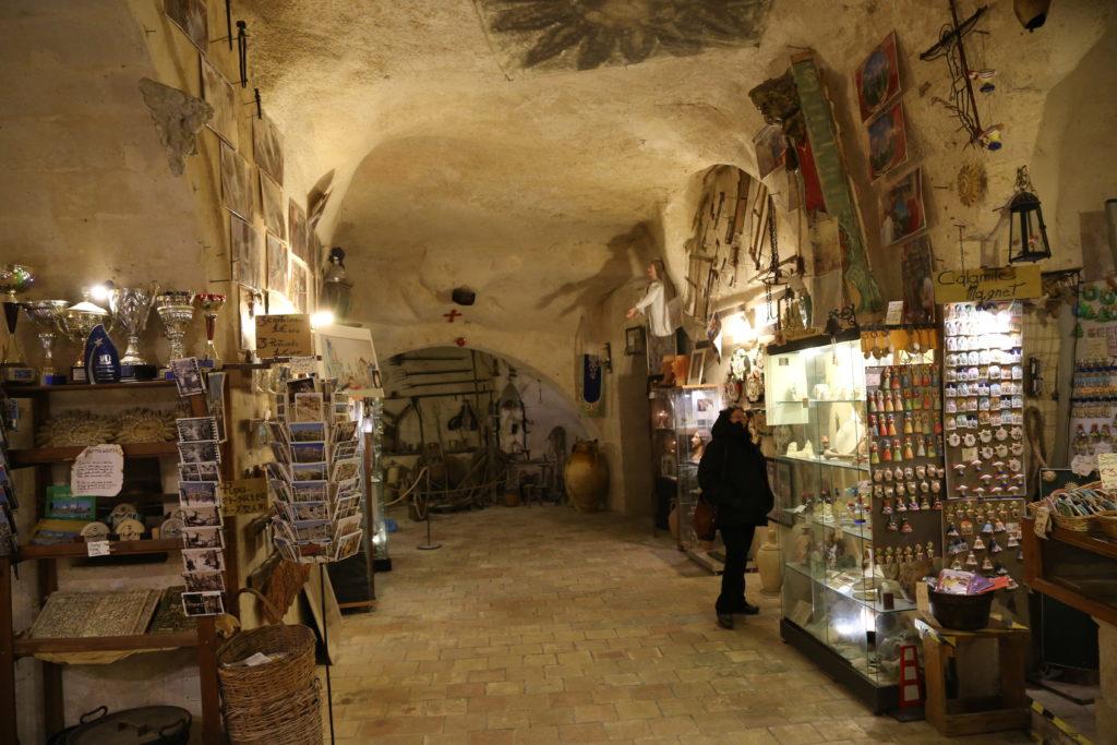 Matera, un negozio nella grotta.
