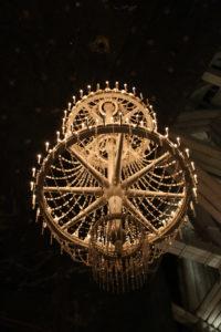 Un lampadario in cristalli di sale.