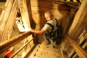 Inizia la discesa, 54 rampe di scale per arrivare a oltre 64 metri di profondità.