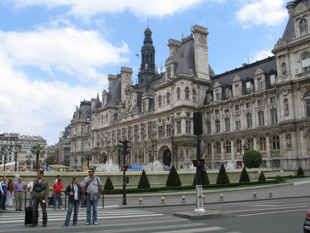 L'Hotel de Ville - Il Municipio.