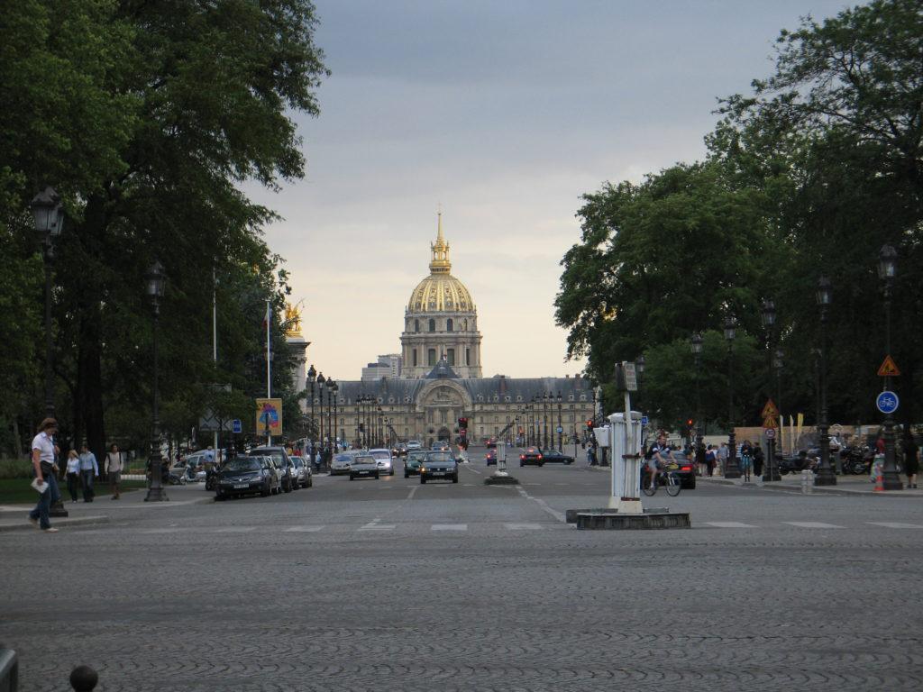 Les Invalides visto dagli Champs Elysée.