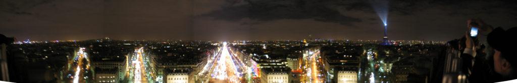 Panoramica da sopra l'Arco di Trionfo.
