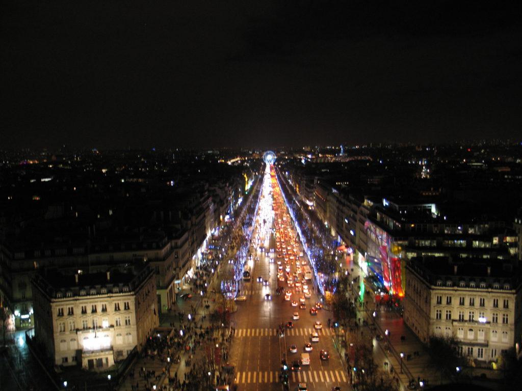 Gli Champs Elysée visti da sopra l'Arco di Trionfo.