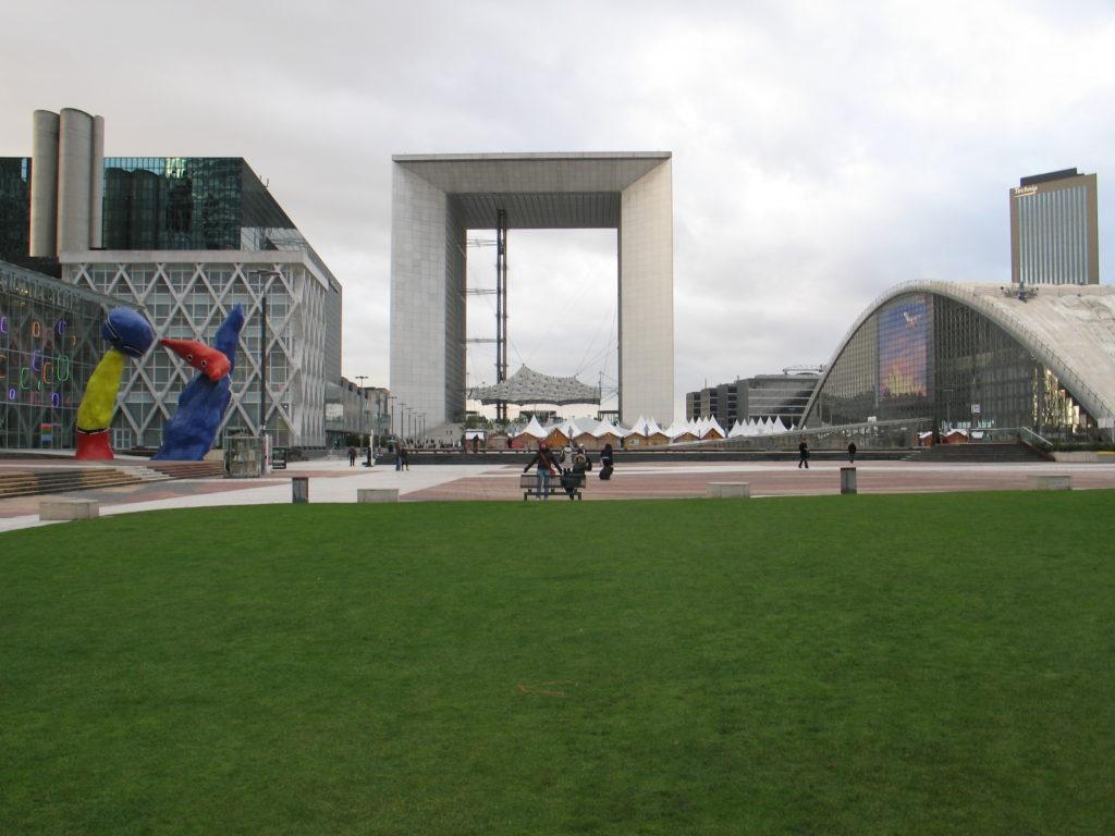 Parigi, il Grande Arco della Defense.