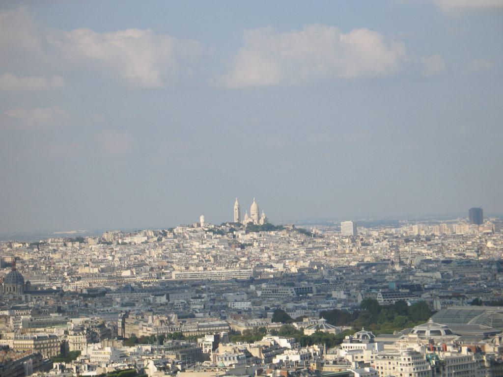 Il Sacro Cuore visto dalla cima della Torre Eiffel.