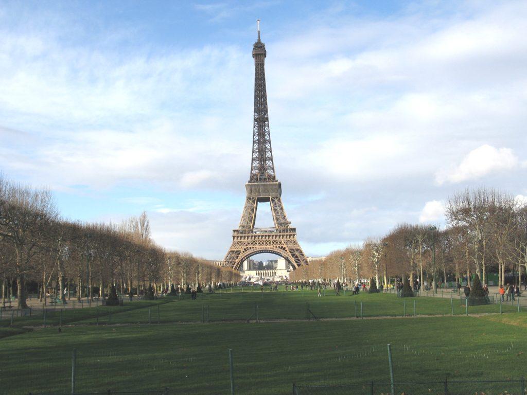 La Torre Eiffel vista dai Campi di Marte.