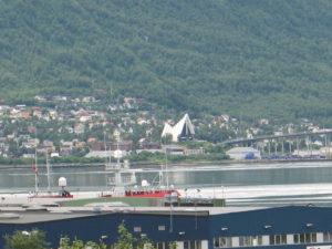 Tromso, sullo sfondo la Cattedrale dei Ghiacci.