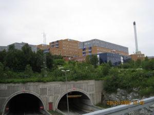 Tromso, la clinica universitaria e la galleria che collega l'isola alla terra ferma.