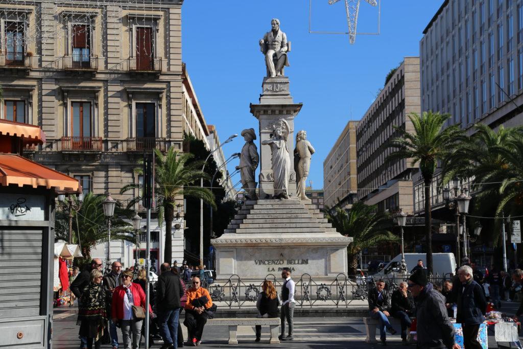 Piazza Stesicoro, Statua a Vincenzo Bellini.