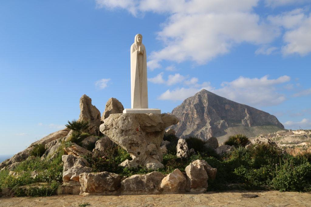 A Rio il Cristo Redentore a Cornino la Regina Pacis.