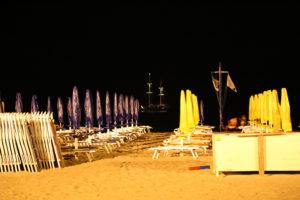 La spiaggia di notte.