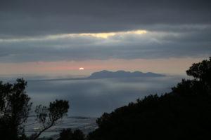 Il sole che tramonta dietro Favignana (Egadi).