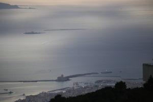 Il porto di Trapani con l'sola di Formica.