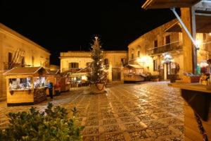 …. in piazza un tentativo di mercatino di Natale!