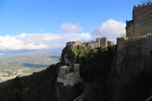 Il tempio della Dea Afrodite, il Castello di Venere e il castello Normanno.