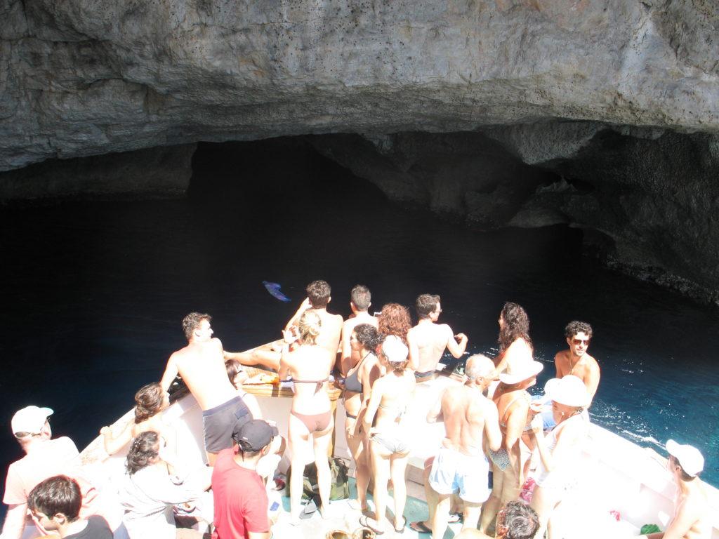Grotte lungo la costa dietro l'isola.