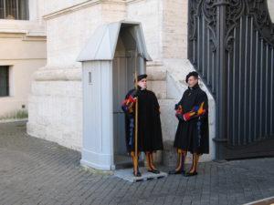 Piazza San Pietro, le guardie svizzere.