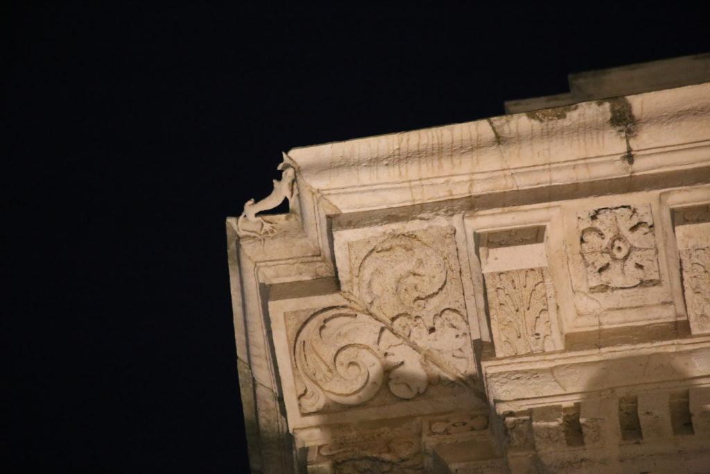 Siracusa - Isola di Ortigia, particolare del Municipio (la firma dell'architetto).