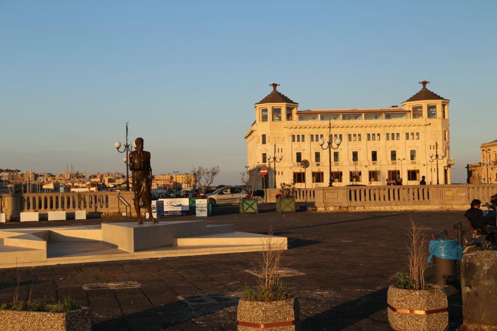L'ex palazzo delle poste visto dal ponte Umbertino
