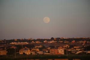 Mentre il Sole tramonta..... la Luna va salendo.