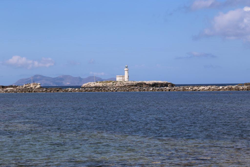 Faro all'ingresso del porto