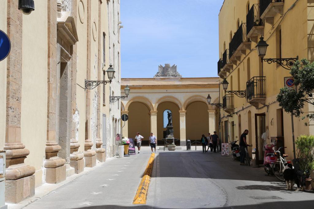 Via Torrearsa (sullo sfondo il vecchio mercato del pesce)