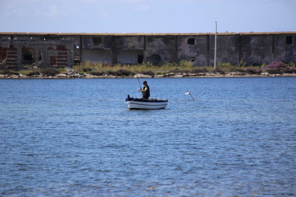 Pescatore nei pressi della Colombaia