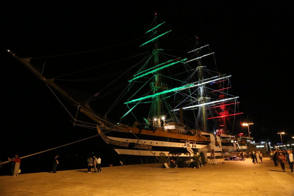 L'Amerigo Vespucci attraccata al porto.