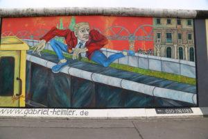 Muraler su quello che rimane del Muro di Berlino.