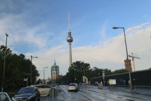 Sullo sfondo Alexanderplatz.