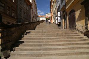 La scalinata che porta al castello.